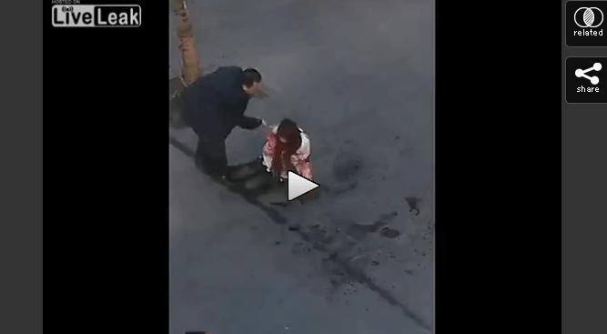 【衝撃!】白昼、街中で起きた通り魔の犯行映像!誰も助けない!!メッタ刺しにされた女性の命は!?