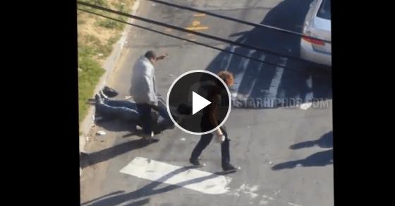 圧倒的暴力!ボコボコに殴りサッカーのように顔面を蹴る!!悪魔すぎるストリートファイト!