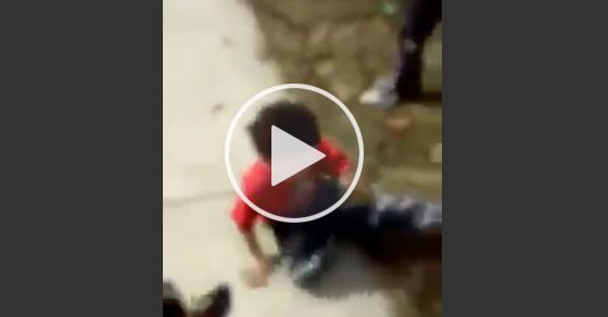 【残忍】小さな男の子とその姉を殴りさらに追いかけて男の子を吹き飛ばす女