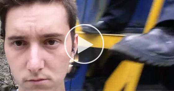 【衝撃】電車近くで自撮り中に車掌の怒りの一撃を食らわす