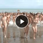 【圧巻映像】745人の男女が一斉に全裸でビーチに!!ギネス記録更新!!