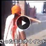 いったい何が!?肩に斧がグッサリ刺さったまま歩くインド人男性(;・∀・)