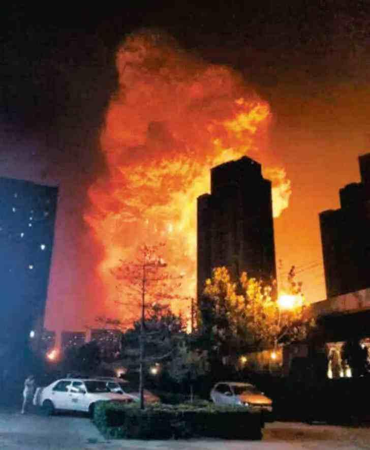 【想像以上】中国天津市で起きた爆発事故!1㎞先のタワー窓ガラス粉砕の衝撃映像!!1