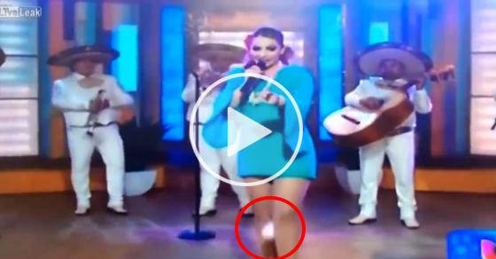 メキシコの生放送番組で熱唱中歌手の股間から『白いナプキン』が落下するハプニングが!!