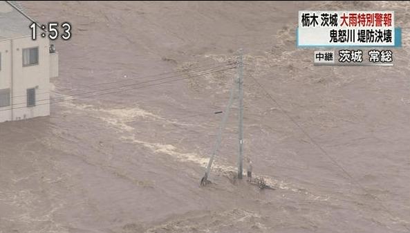 テレビやネットでリアルタイムに災害状況が報道されているが、その中、電柱にしがみつき助けを待っている男性が注目されていた。男性は、水位ギリギリの地点にいるように見えるのだが・・・。