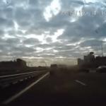 回避不可能!!高速道路で目の前の車が突然のクラッシュ!巻き込まれ事故