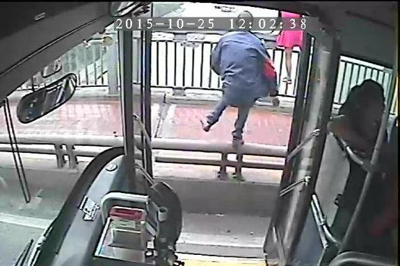 【中国】女が橋から飛び降り寸前!バス運転手が急停車、救助に