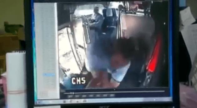 喧嘩を売られて乗客を返り討ちにするバスドライバー!!