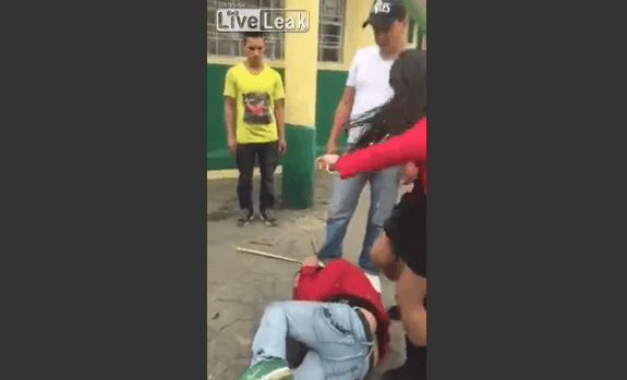 2歳の女性に触れたとしてセクシー女性からヒールで蹴る、こん棒で殴る等の暴行を受ける痛々しい男性の映像です!警察が出動する騒動になっています!