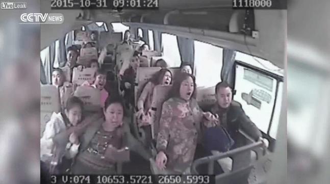 【中国で事故】18名が死傷!クラッシュした瞬間を映したバス車内の映像が凄すぎる!!!