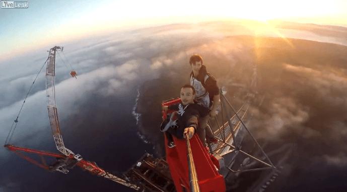 トルコで350mの橋を命綱なしで登るクレイジーすぎる男達