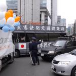 SEALDsデモ中に右翼活動家らが街宣車で突っ込む瞬間映像!あわや一触即発!