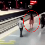 電車がホームに入る瞬間に線路に飛び降り寝転ぶ女性!決定的瞬間映像。