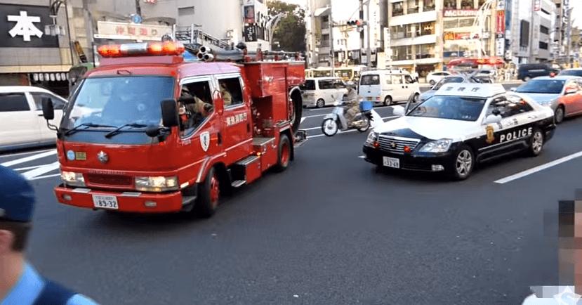 """「おまわりさん、どいて!」連呼する消防隊。 Fire fighter yelling cops """"MOVE OFF .   YouTube"""
