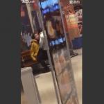 中国のショッピングモールのベンチで『いちゃつき』がすぎる若者カップル!!