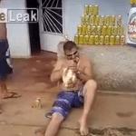 生きたニワトリを生で食べるクレイジーなブラジル人男性!
