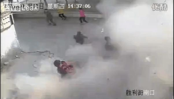 マンホールに爆竹を仕掛けて遊んでいた子供...しかし大爆発で衝撃の事態に!!
