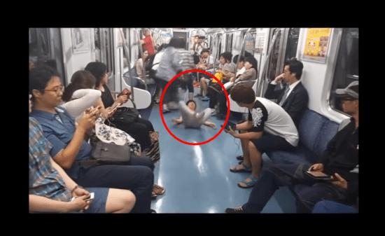 公共の場でキ○ガイ行動をする韓国人男性......こいつはヤバい