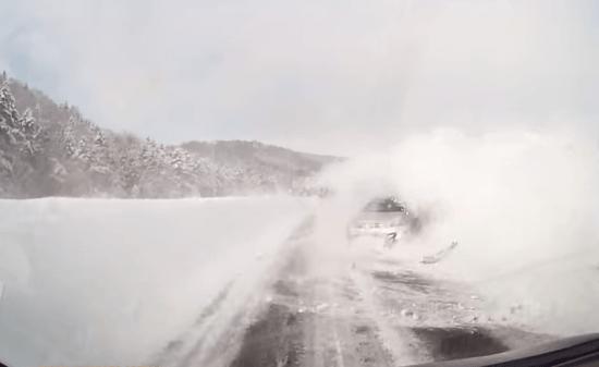 北海道の雪道でスリップ!目の前が真っ白になり、そのまま激突するドラレコ映像。