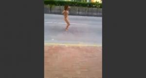クスリは人間を破壊する!ドラッグでハイになりすぎた女性。生まれたばかりの姿で街を歩き回り踊りだす様子。